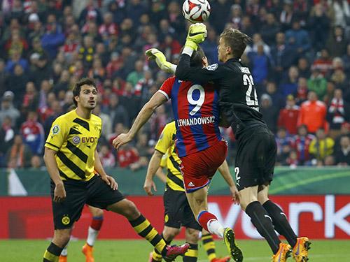 Dortmund đi tiếp nhờ sự xuất thần của thủ thành Langerak ảnh: REUTERS