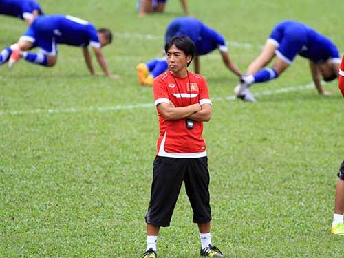 HLV Miura được toàn quyền quyết định có dẫn dắt U23 Việt Nam  hay nhờ HLV khác nắm đội ở SEA Games 2015.  Ảnh: Quang Liêm