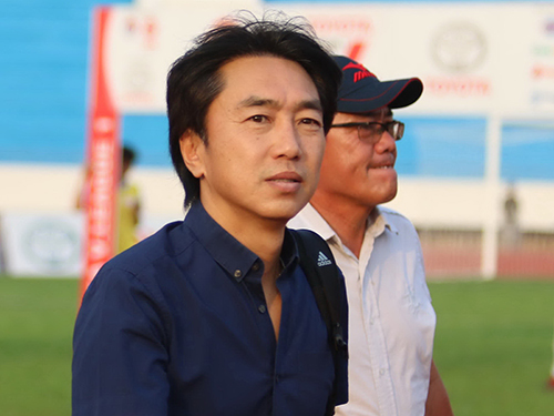 HLV Miura trên sân Đồng Nai theo dõi trận chủ nhà gặp  Cần Thơ ở vòng 4 Toyota V-League 2015.Ảnh: Quang Liêm