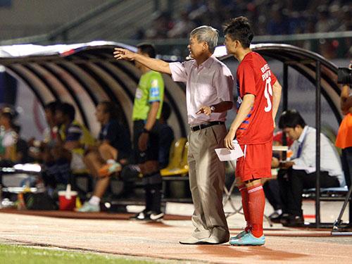 Công Vinh (phải) chỉ mới được ông Lê Thụy Hải tung ra sân ở 30 phút cuối trận B.Bình Dương thắng QNK Quảng Nam 4-2 cuối tuần trướcẢnh: Quang Liêm