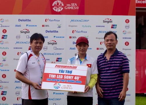 Bi thủ Nguyễn Thị Thi nhận thưởng nóng từ nhà tài trợ Nguyễn Kim sau khi giành HCV
