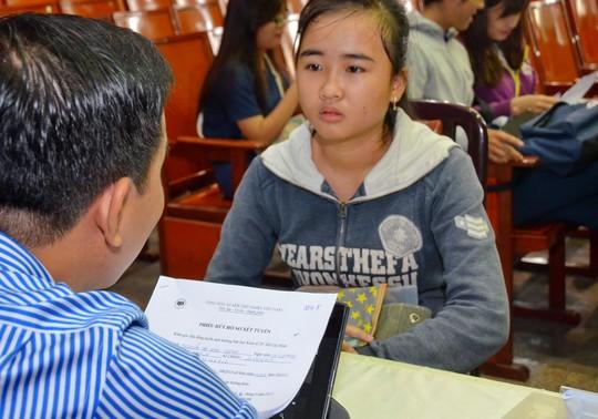 Thí sinh rút hồ sơ tại Trường ĐH Kinh tế TP HCM. Ảnh: Tấn Thạnh/NLĐO