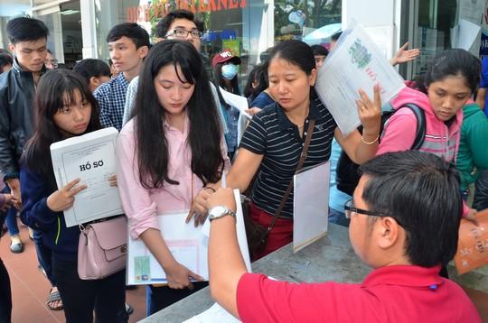 Thí sinh xếp hàng nộp hồ sơ tại trường ĐH Công nghiệp TP HCM chiều 20-8 - Ảnh: Tấn Thạnh