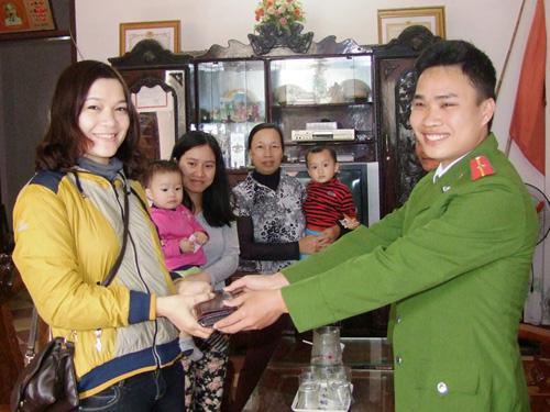 Thiếu úy Phạm Văn Dũng trao trả chiếc ví cùng tài sản cho người nhà chị Trần Thị Thu Hiền