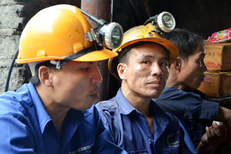 Các công nhân tham gia cứu nạn