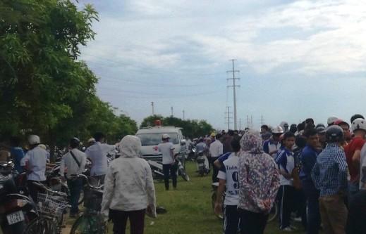 Rất đông người dân tập trung tại bờ sông nơi phát hiện xác 2 nữ sinh viên