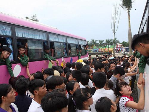 Thanh niên lên đường nhập ngũ tại huyện Phổ Yên, tỉnh Thái Nguyên Ảnh: TTXVN