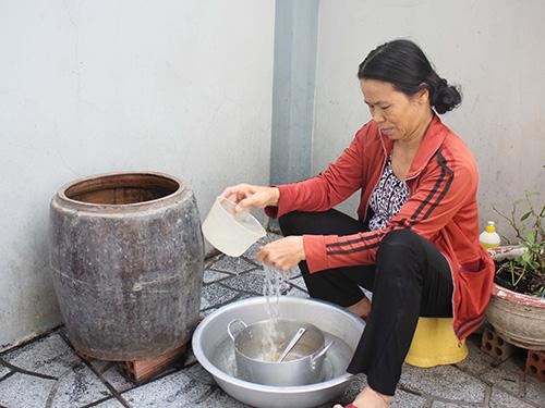 Đến 14 giờ ngày 25-1, người dân phường Phước Long A, quận 9 vẫn chưa có nước máyẢnh: HOÀNG TRIỀU