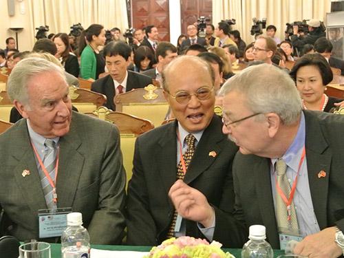 Từ trái qua: Đại sứ Mỹ đầu tiên tại Việt Nam Pete Peterson, Đại sứ Việt Nam đầu tiên tại Mỹ Lê Văn Bàng, cựu Đại sứ Mỹ tại Việt Nam Michael Michalak trò chuyện thân mật bên lề hội thảo