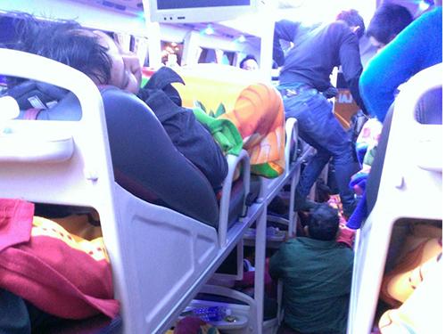 Hành khách bị nhồi nhét trên xe giường nằm ở Gia Lai Ảnh: hoàng thanh