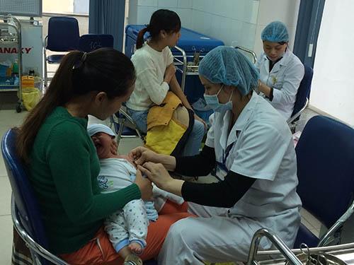 Tiêm miễn phí vắc-xin Quinvaxem cho trẻ tại  Hà Nội ngày 10-3Ảnh: Khánh Anh