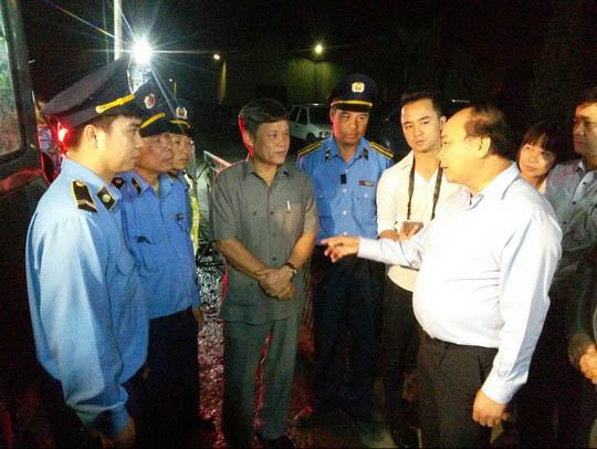 Tối 12-4, Phó Thủ tướng Nguyễn Xuân Phúc bất ngờ kiểm tra trạm cân đặt ở xã Lê Thiện, huyện An Dương, TP Hải Phòng