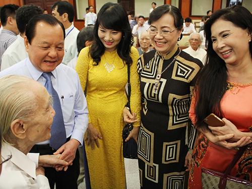 Lãnh đạo TP HCM trao đổi với các văn nghệ sĩ trong buổi gặp gỡẢnh: Hoàng Triều