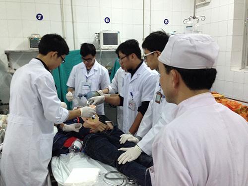 Một nạn nhân bị TNGT được các bác sĩ, điều dưỡng cấp cứu tại Bệnh viện Việt ĐứcẢnh: Ngọc Dung