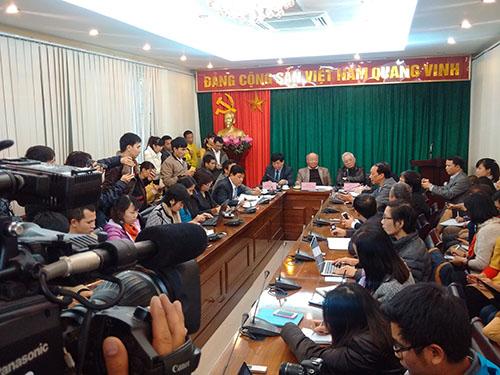 Các phóng viên tác nghiệp tại buổi công bố thông tin về sức khỏe ông Nguyễn Bá Thanh do Ban Bảo vệ và chăm sóc sức khoẻ cán bộ trung ương tổ chức ngày 7-1  ở Hà Nội  Ảnh: NGUYỄN QUYẾT