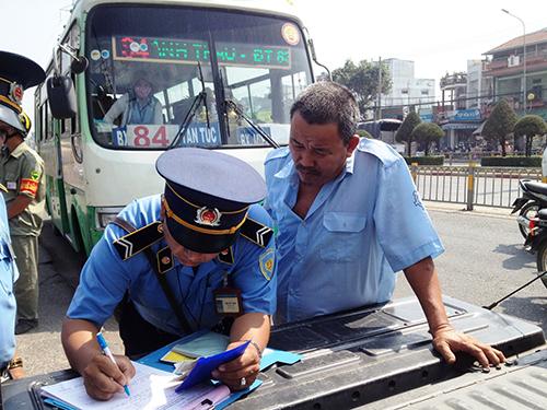 Lực lượng liên ngành của TP HCM xử phạt xe khách vi phạm Ảnh: Lê Phong