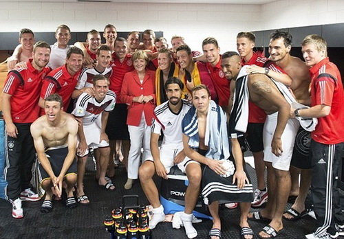 Phòng thay đồ không rộng cửa chào đón người lạ, trừ các nguyên thủ hoặc giới chức bóng đá (Thủ tướng Đức Angela Merken chúc mừng tuyển Đức vô địch World Cup tại phòng thay đồ)