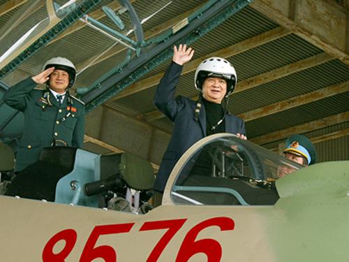 Thủ tướng Nguyễn Tấn Dũng đội mũ phi công trên buồng lái Su-30MK2 trong một lần đến thị sát đơn vị không quân