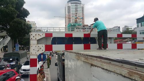Thùng chiếc xe tải bị mắc kẹt tại khung hạn chế chiều cao của cầu vượt