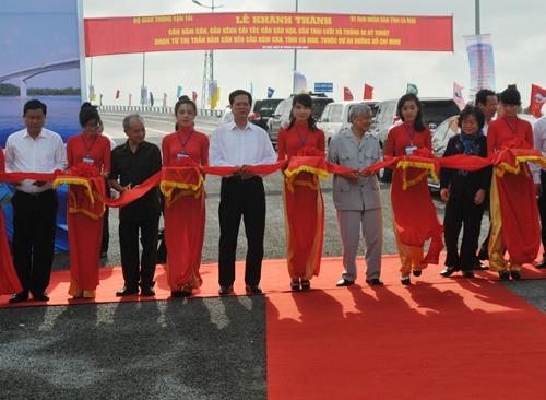 Thủ tướng Nguyễn Tấn Dũng cắt băng khánh thành