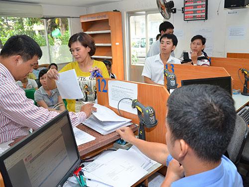 Doanh nghiệp đến làm thủ tục thuế tại Cục Thuế TP HCM Ảnh: tấn Thạnh