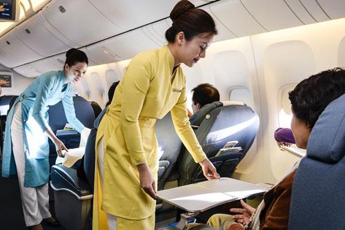 Tiếp viên của Vietnam Airlines phục vụ khách trên một chuyến bayẢnh: Thái Phương