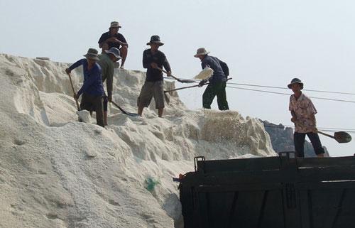 """Muối mất giá, thị trường tiêu thụ khó khăn, diêm dân Ninh Thuận đối mặt với một """"mùa muối lạt"""""""