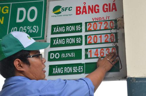 Giá xăng thế giới giảm mạnh nhưng trong nước chỉ giảm 260 đồng/lít Ảnh: Tấn Thạnh