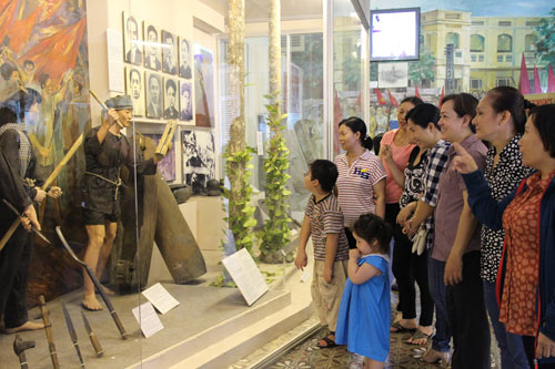 CNVC-LĐ quận 1, TP HCM tham quan Bảo tàng TP HCM