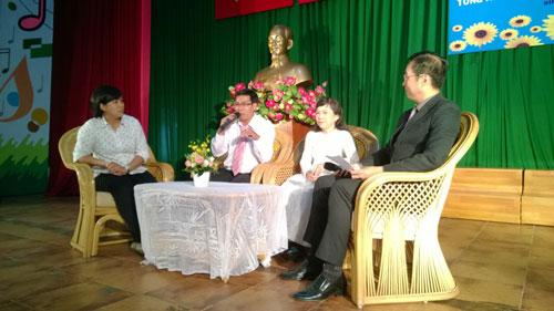 Giao lưu với CNVC-LĐ điển hình tại quận Bình Tân, TP HCM Ảnh: MAI CHI