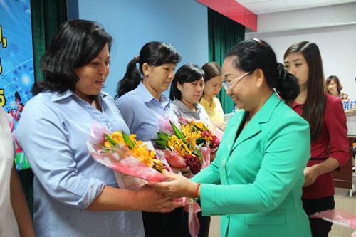 Bà Nguyễn Thị Thu Thảo, Phó Ban Nữ công LĐLĐ TP HCM, tặng quà cho các gia đình tiêu biểu