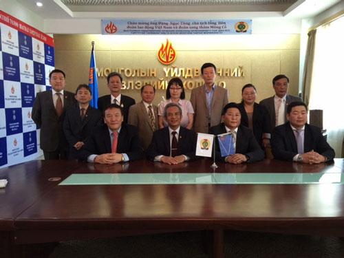 Lãnh đạo Tổng LĐLĐ Việt Nam và Tổng Công đoàn Mông Cổ chụp ảnh lưu niệm