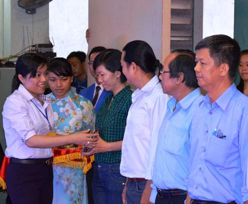 Bà Nguyễn Trần Phượng Trân, Phó Chủ tịch LĐLĐ TP HCM, trao biểu trưng cho các giáo viên