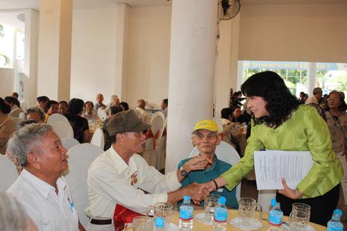 Bà Nguyễn Thị Thu, Chủ tịch LĐLĐ TP, thăm hỏi các cô chú cán bộ Công vận - Công đoàn hưu trí