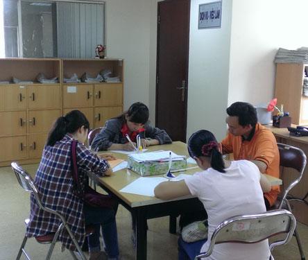 Ứng viên đăng ký tìm việc tại Phòng DVVL Báo Người Lao Động Ảnh: TƯỜNG PHƯỚC