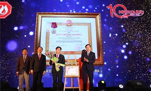 Ban Lãnh đạo Nam Dược đón nhận Huân chương lao động hạng ba