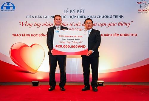 """năm 2014, Prudential Việt Nam tặng 100 học bổng """"Vòng tay nhân ái"""" với tổng trị giá 420 triệu đồng"""