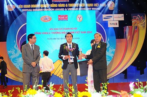 Đại diện Sacombank, ông Nguyễn Xuân Vũ - Phó Tổng giám đốc - nhận giải thưởng Thương hiệu mạnh Việt Nam 2015