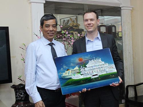 Ông Nguyễn Văn Khải, Phó Chủ tịch Thường trực LĐLĐ TP, trao quà lưu niệm cho đoàn trợ lý nghị sĩ Quốc hội Mỹ