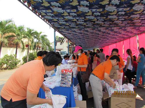 LĐLĐ huyện Bình Chánh, TP HCM tặng quà cho công nhân Công ty Doolim Việt Nam