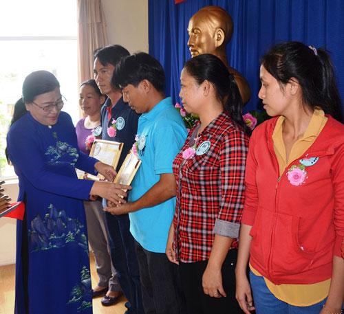 Bà Nguyễn Thị Bích Thủy, Phó Chủ tịch LĐLĐ TP HCM, trao giấy khen cho các  gia đình tiêu biểu
