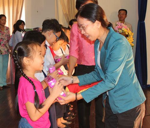 Bà Huỳnh Thị Ngọc Liên, Trưởng Ban Nữ công LĐLĐ TP, trao học bổng cho con CNVC-LĐ
