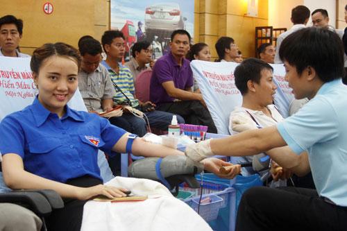 CBCNV SAMCO tham gia hiến máu nhân đạo vào sáng 8-7 Ảnh: KHÁNH AN