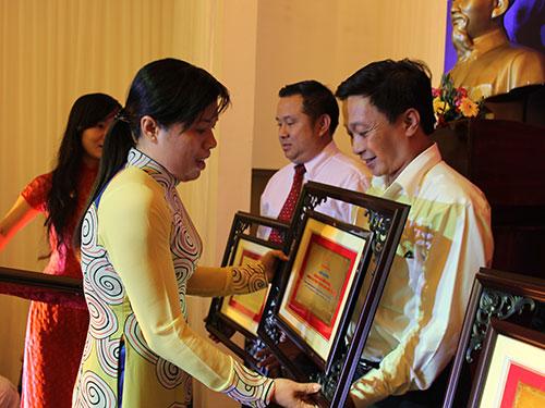 Bà Nguyễn Trần Phượng Trân, Phó Chủ tịch LĐLĐ TP HCM, trao biểu trưng cho các tập thể được tuyên dương