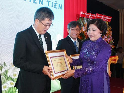 Bà Nguyễn Thị Hồng, Phó Chủ tịch UBND TP HCM, trao giấy khen cho các cá nhân tiêu biểu