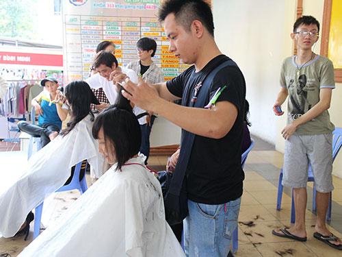 """Cắt tóc miễn phí tại """"Phiên chợ công nhân"""""""