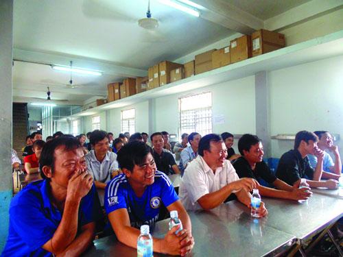 Công nhân hào hứng tham gia buổi tuyên truyền