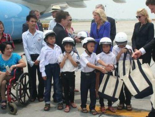 Bà Jill Biden trao tặng mũ bảo hiểm cho các em nhỏ Việt Nam ngay khi vừa bước xuống máy bay