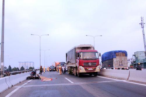 Người đàn ông chết thảm trên cầu vượt An Sương sau khi bị xe container cán qua người