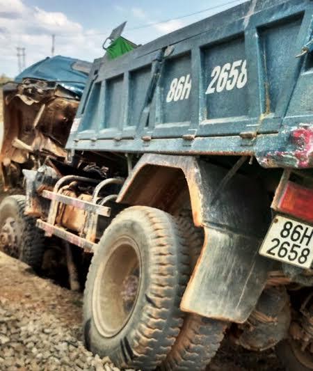 Xe tải bị tàu hỏa tông hư hỏng nặng phần đầu
